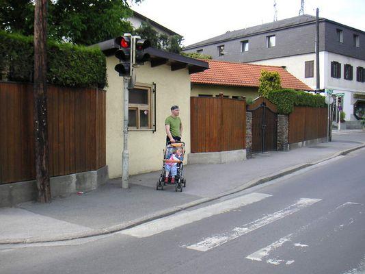 Kreuzung Mit Vater Und Kind