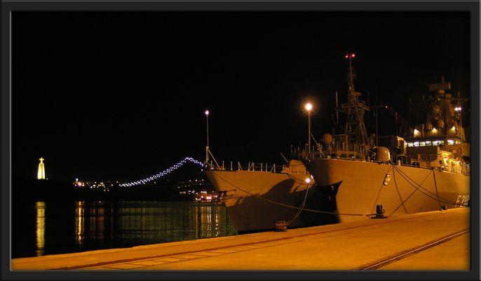 Kriegsschiffe in stiller Nacht