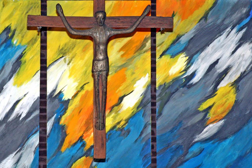 Kruzifix vor dem Fastentuch