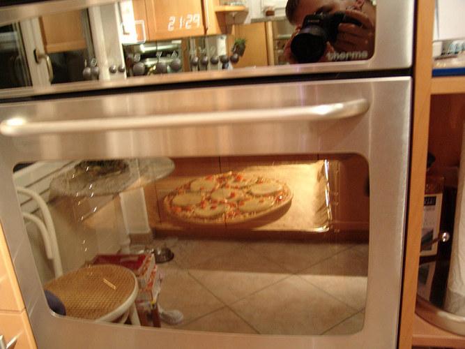 Küche im Backofen mit Pizza