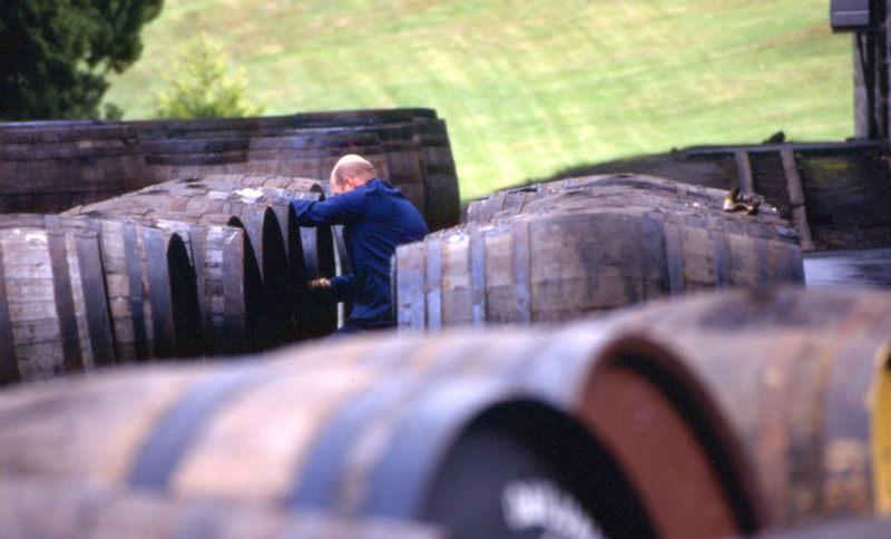 Küfer vor der Aberfeldy Destille