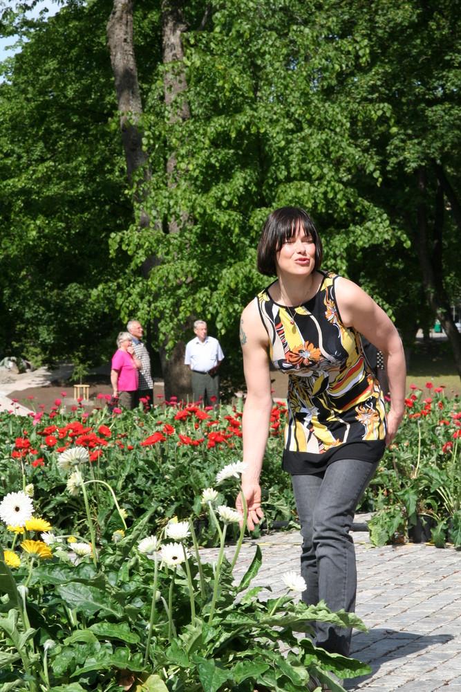 Künstlerin beim Aufbau ihrer Blumen am Dom zu Turku