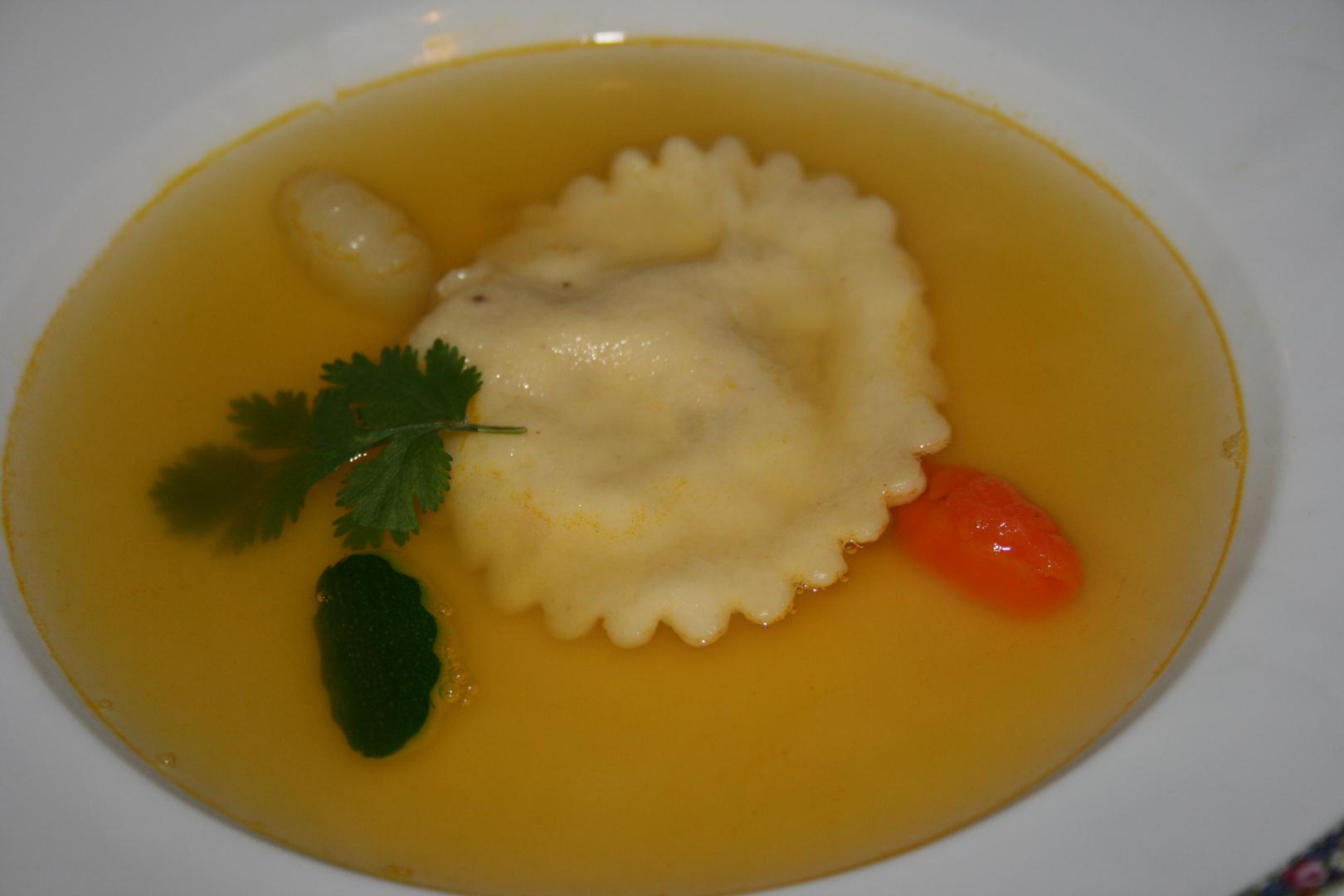 Kürbis Essenz mit Ravioli von der Riesengarnele und Gemüse Gnocchi