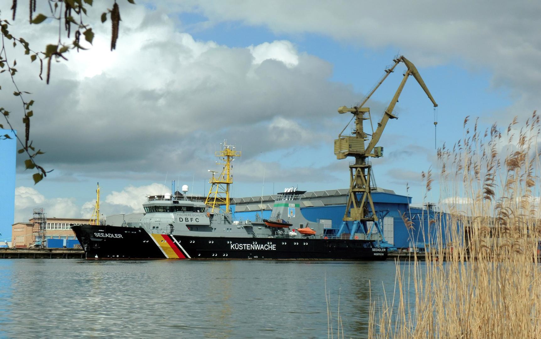 """Küstenwachschiff """"Seeadler"""" an der Peene-Werft Wolgast"""
