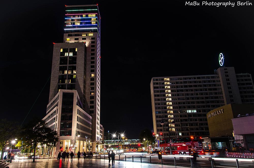 Kufürstendamm in Berlin - Hotel Waldorf Astoria bei Nacht