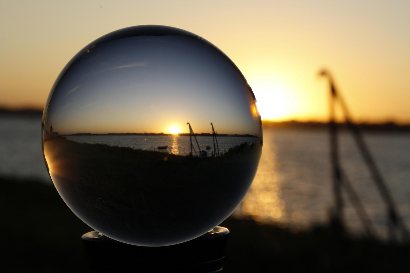 Kugelrunder Sonnenuntergang an der Kieler Förde