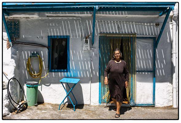 Kula vor ihrem Heim im Süden Kretas