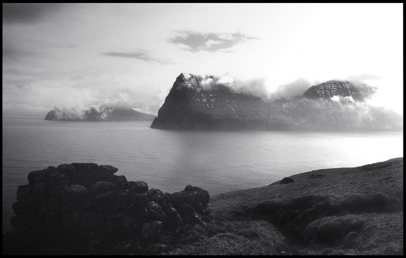 Kunoyarnakkur und Kap Enniberg von Kalsoy aus gesehen