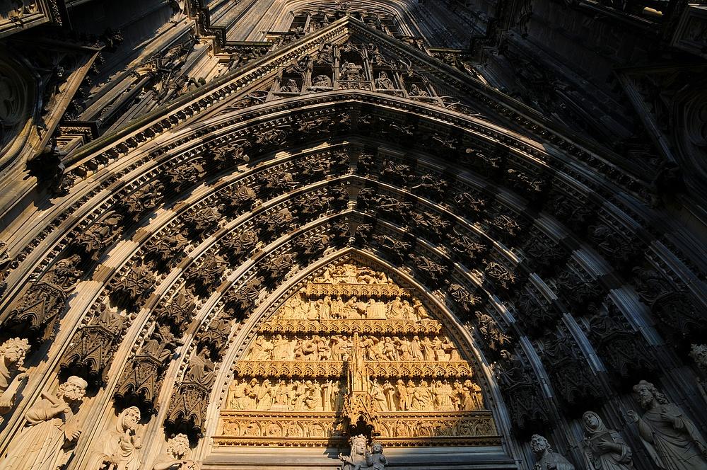 Kunstvolles Eingangsportal . . .