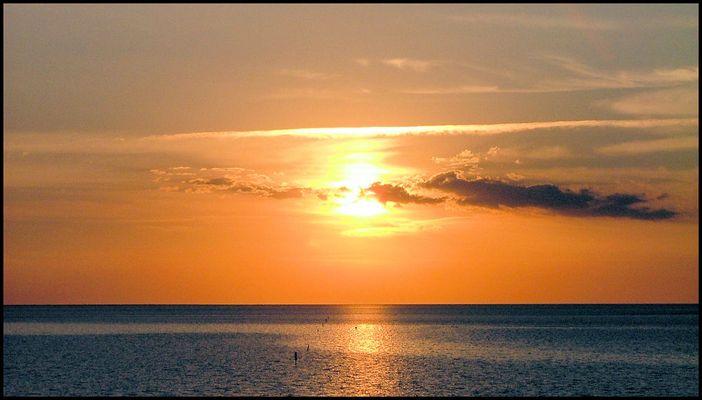 kurz vor dem Moment wo die Sonne blutrot ins Meer eintaucht...