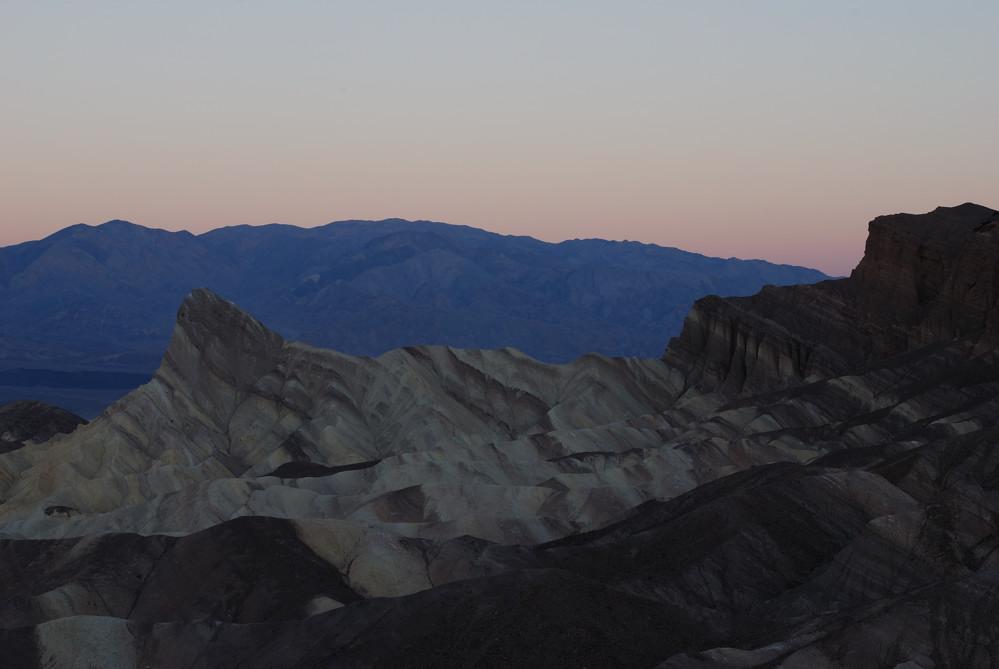 Kurz vor dem Sonnenaufgang am Zabriskie Point im Death Valley