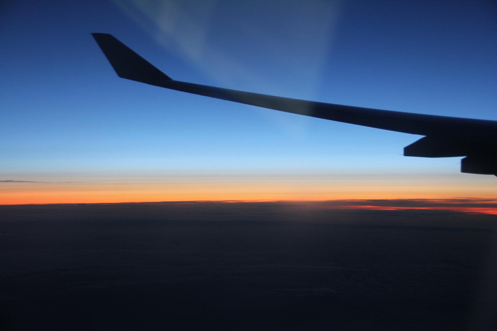 Kurz vor dem Sonnenaufgang über den Wolken