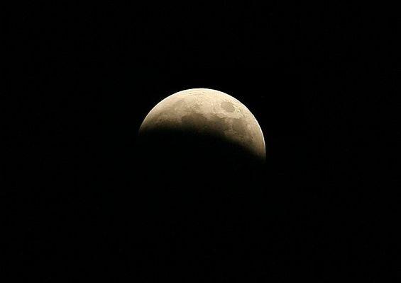 Kurz vor der vollen Mondfinsternis