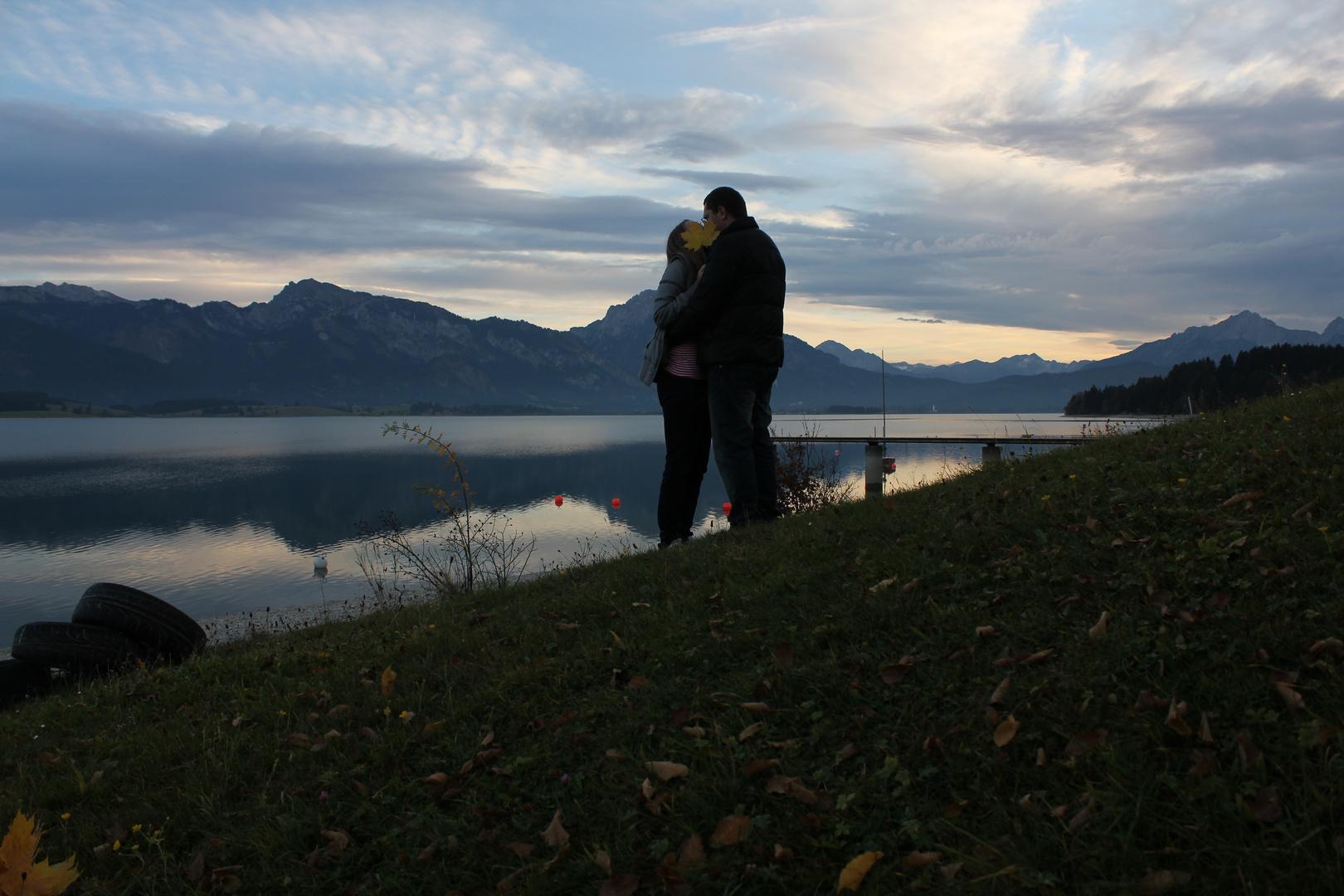 Kuss neben Alpen