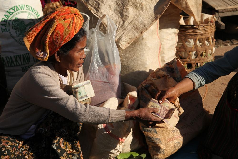 Kyats gegen Grundnahrungsmittel: Marktszene im Shan State