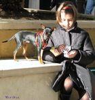 La bambina e il cagnolino.