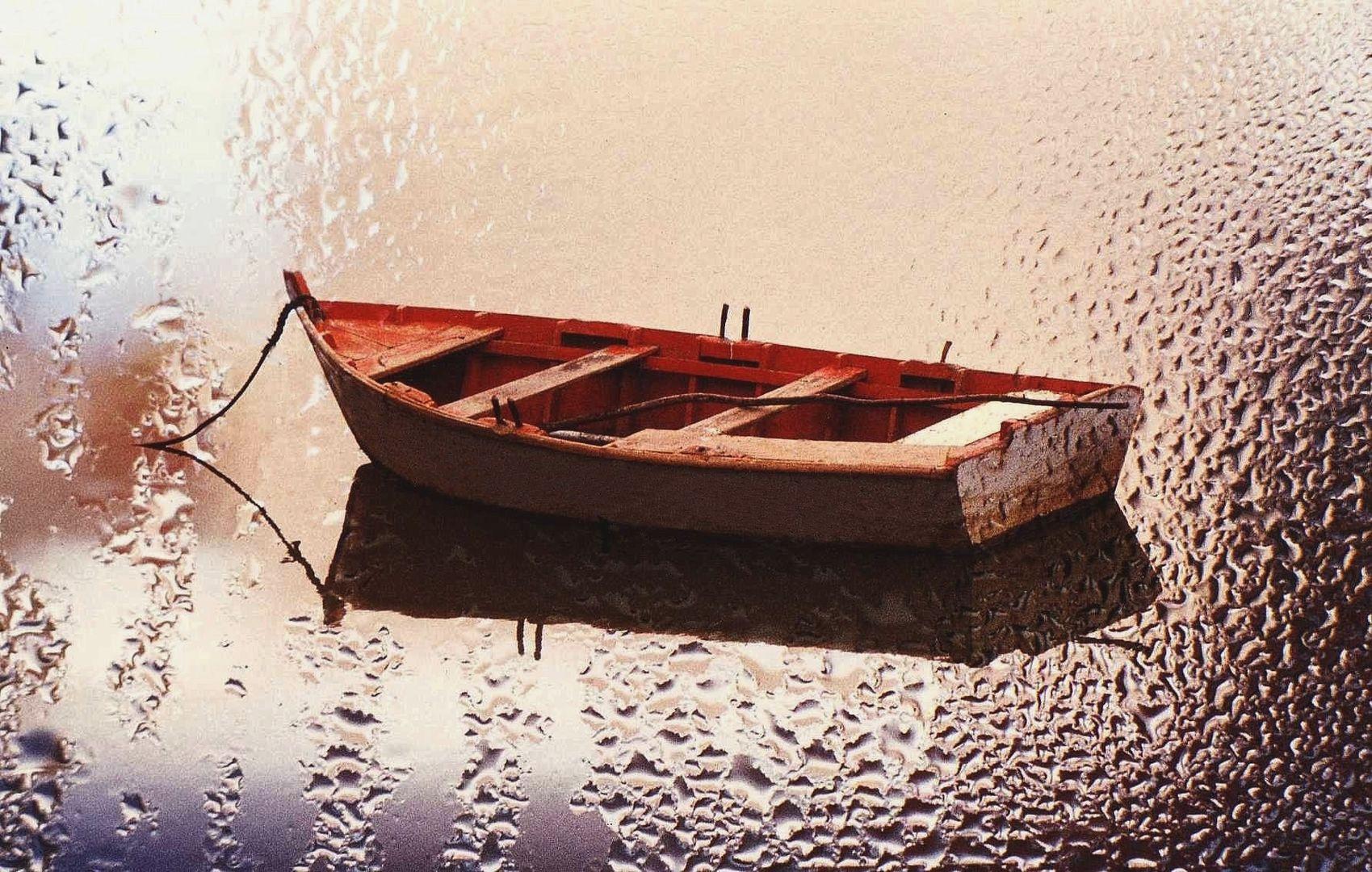 La barque sur l'eau vitrée