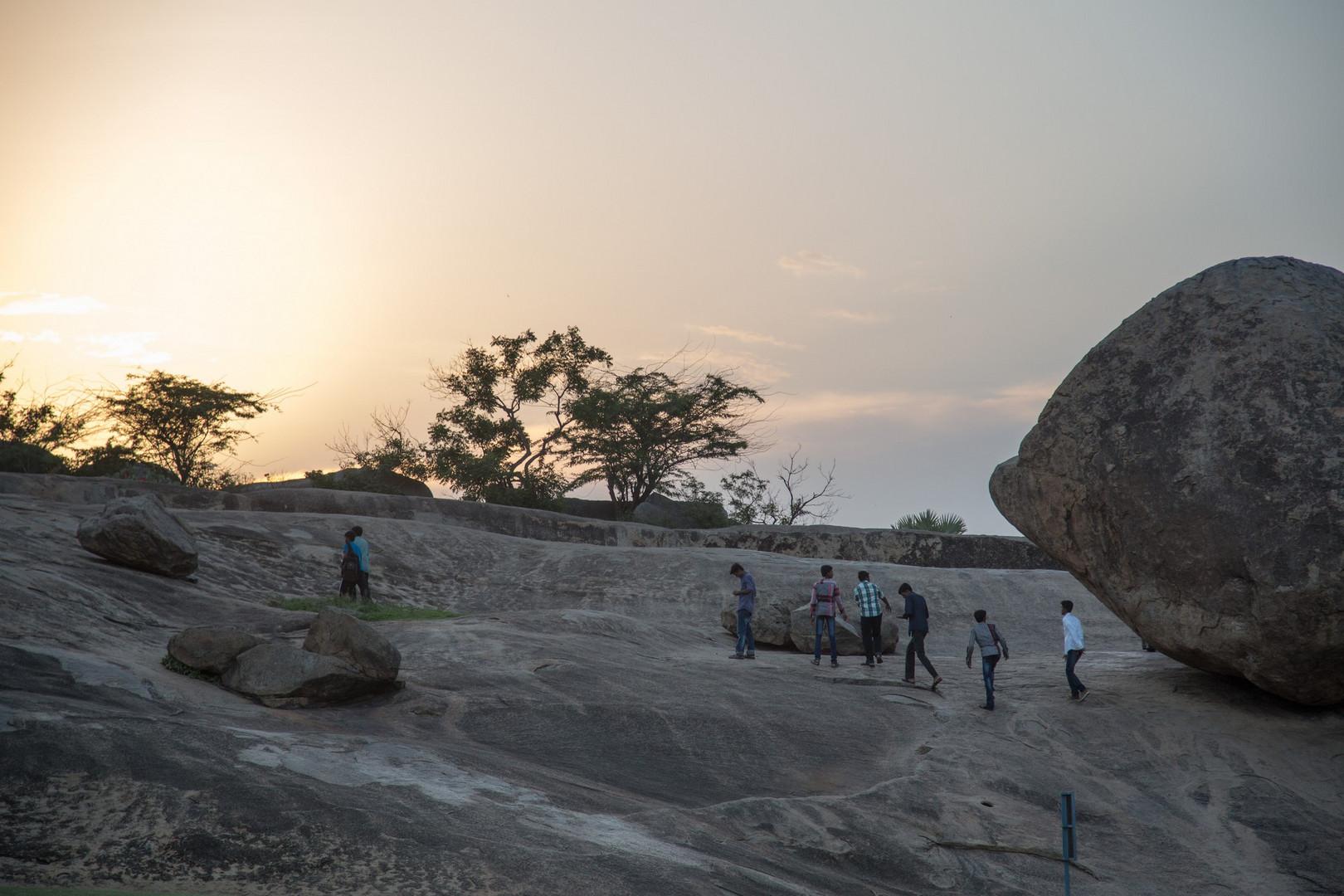 La Boule de beurre de Krishna dans le parc de Mamallapuram au coucher du soleil