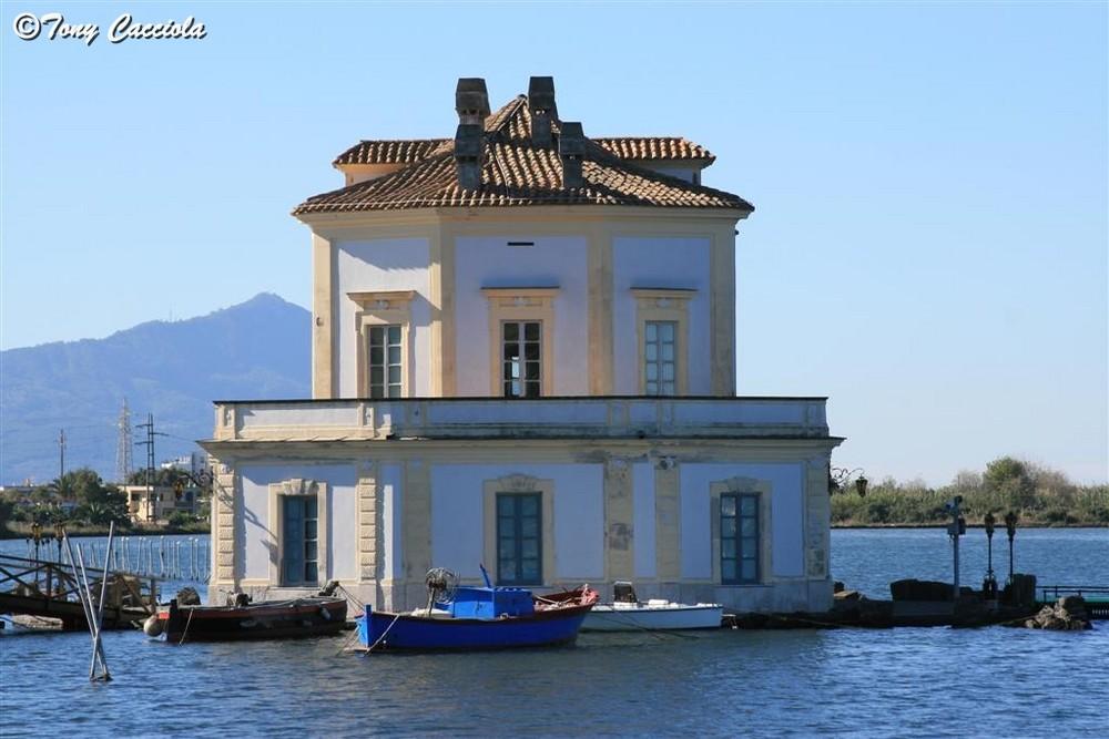 la casa della fatina di pinocchio sul lago foto immagini