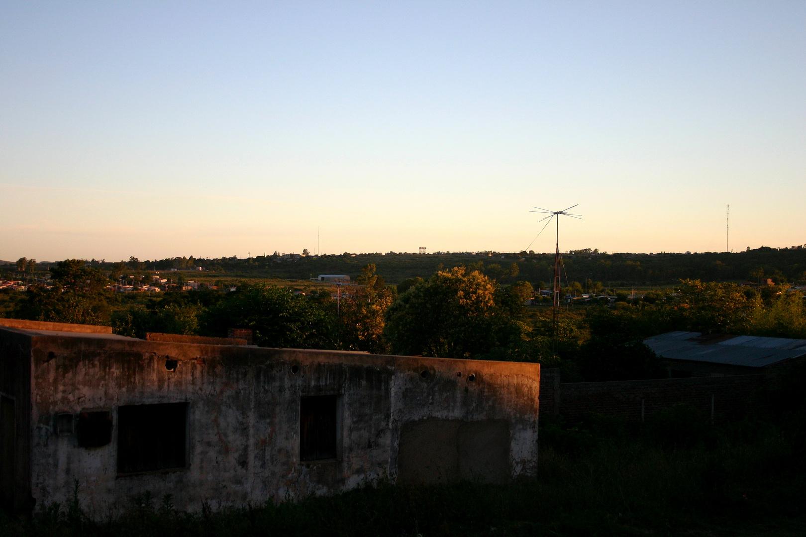 LA CASA VIEJA Y EL SOL PONIENTE