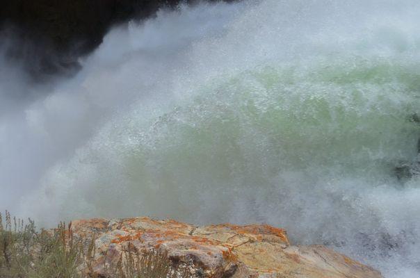 la cascata fra le terre rosse