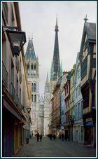 La cathédrale de Rouen vue de la rue de l'horloge