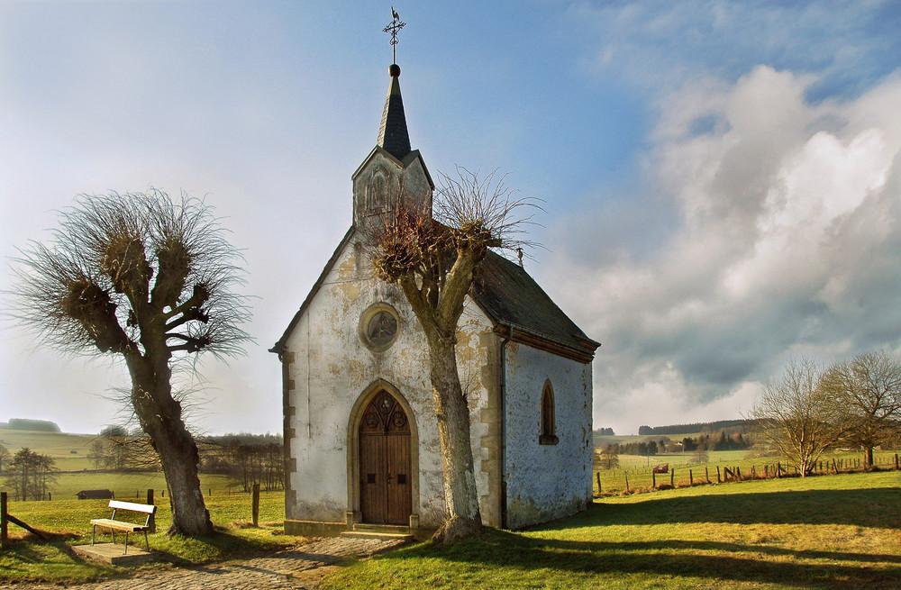 La chapelle au bord des champs.