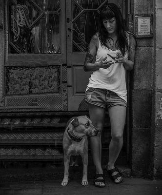 'La chica y el perro'