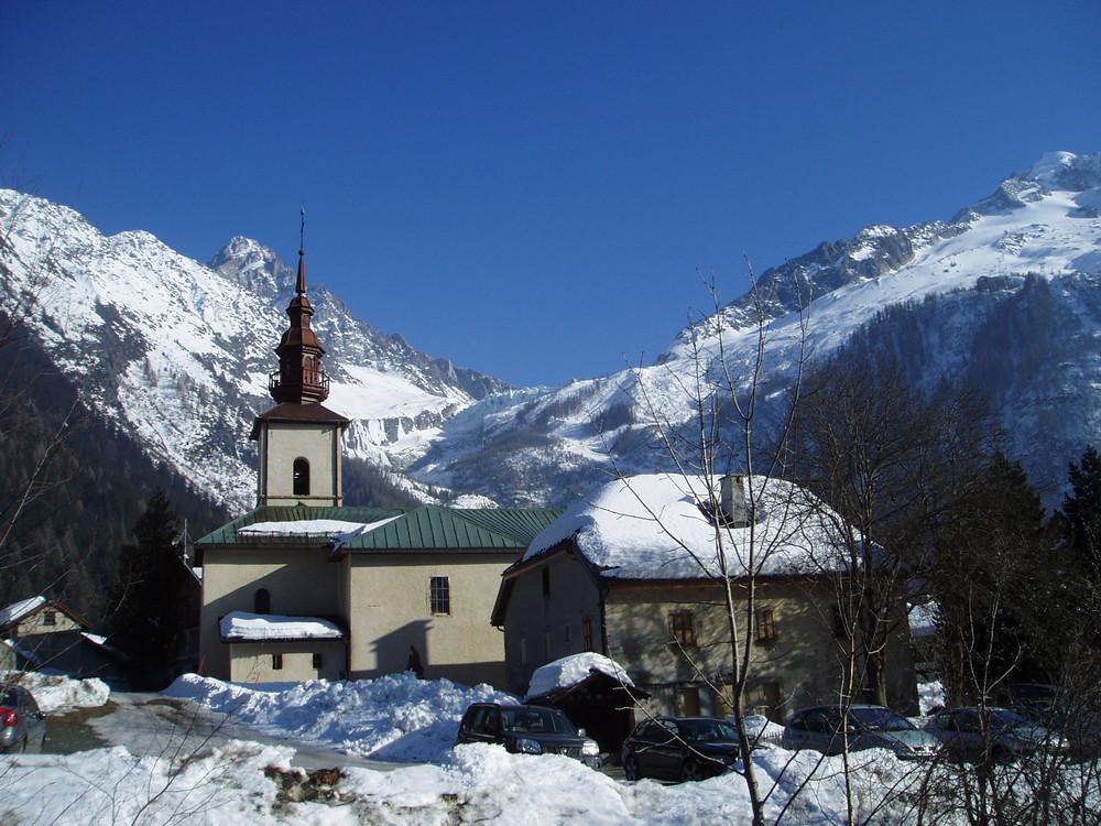 La chiesa Argentière - costodisce una pala- in stile piemontese - è del XVIII secolo.