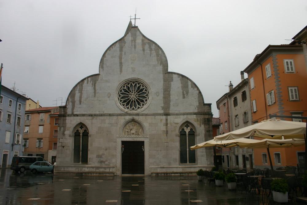 la chiesa di muggia durante la pioggia
