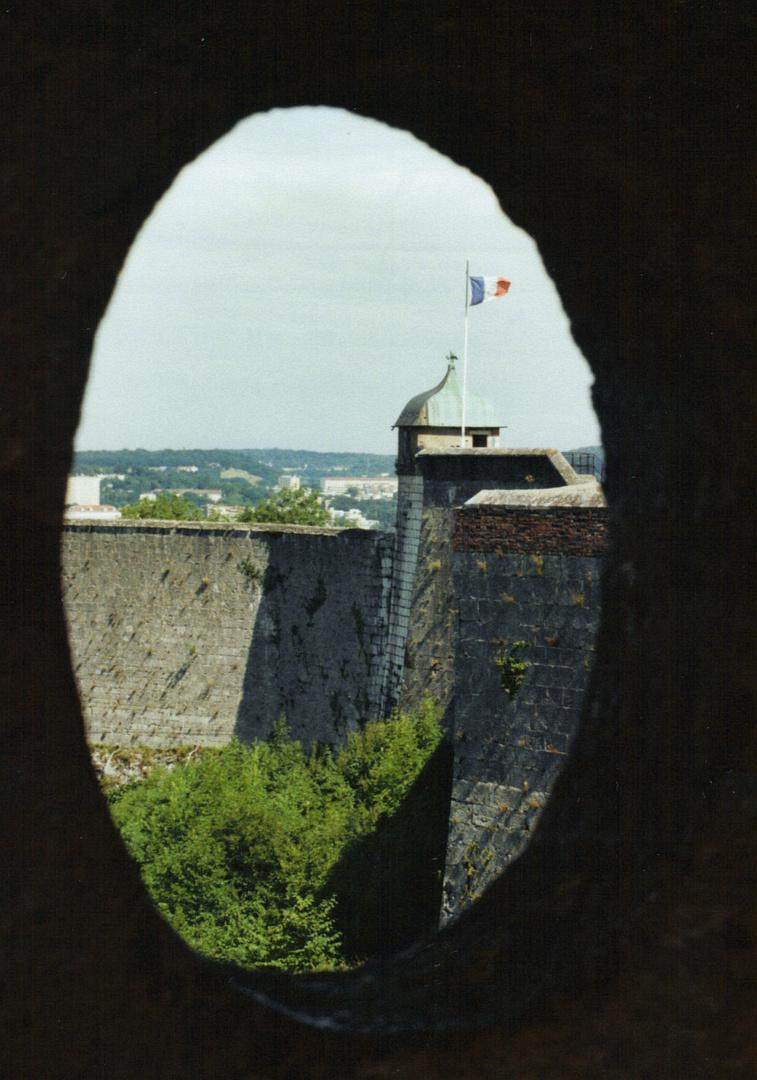 la citadelle de besançon vue à travers d'une échauguette