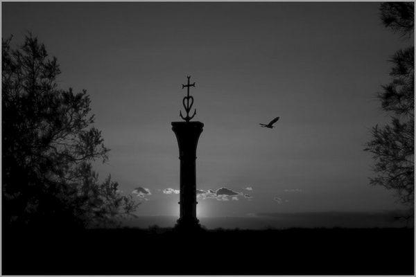 la croix camarguaise au coucher de soleil