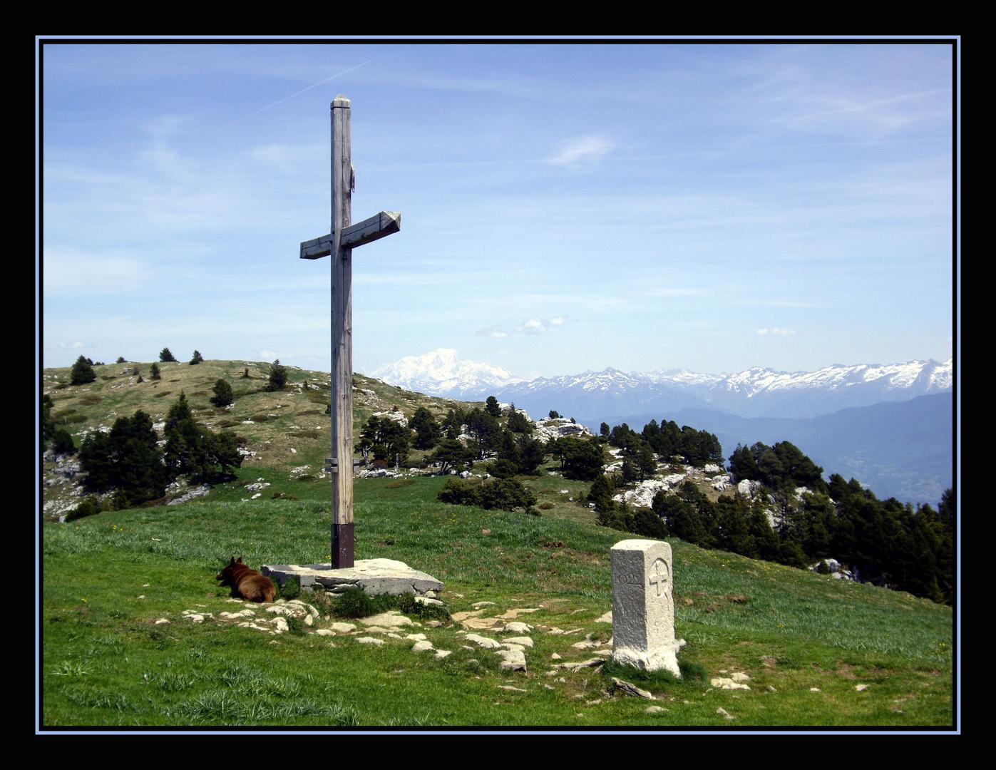 La croix du col de l'Alpe en Mai