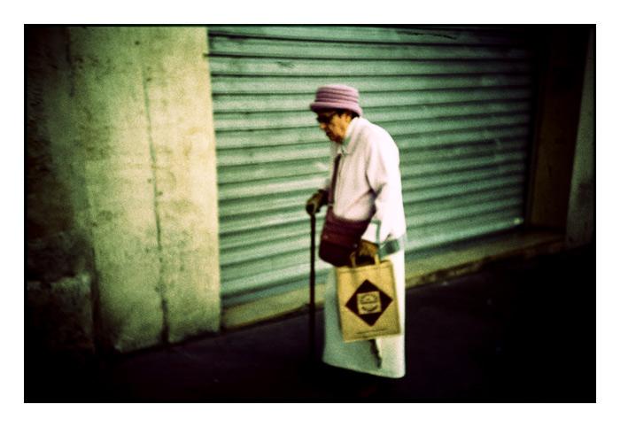La dame avec sa canne et son sac