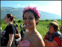 La damigella della regina delle rose tra la folla... dedicata a Luciano Caldera