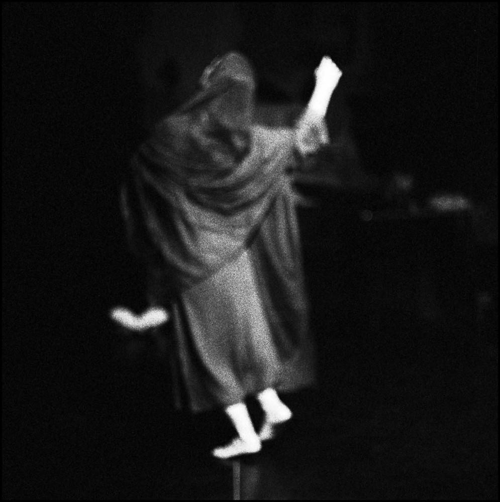 la donna che cammina sui pezzi di vetro