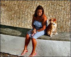 La donna pensierosa e loro cane