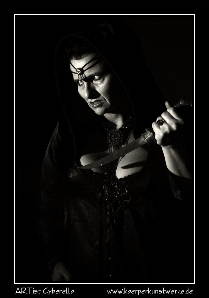 La femme avec le poignard II