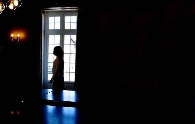 La femme qui marche dans l'obscuritée