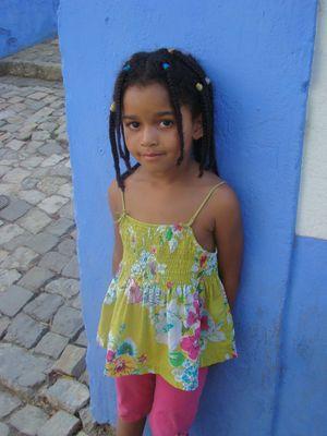 La fillette sur le mur bleu