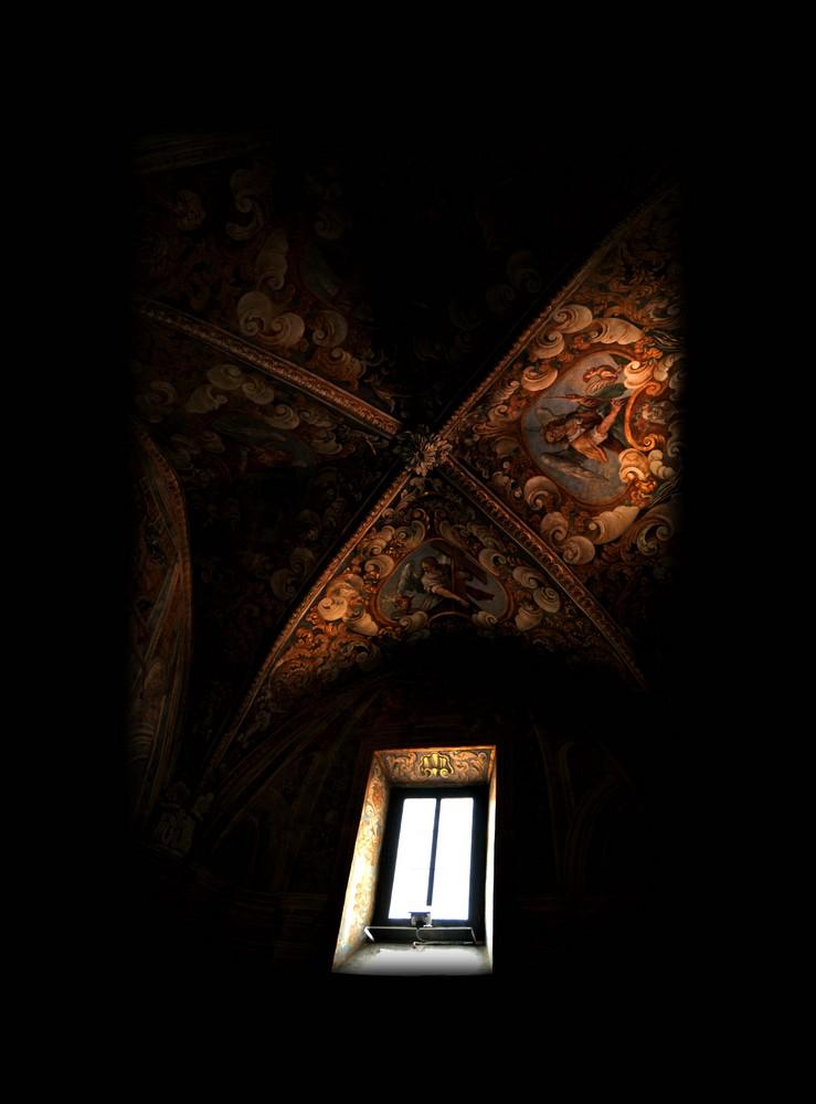 La finestra e raggi di luce