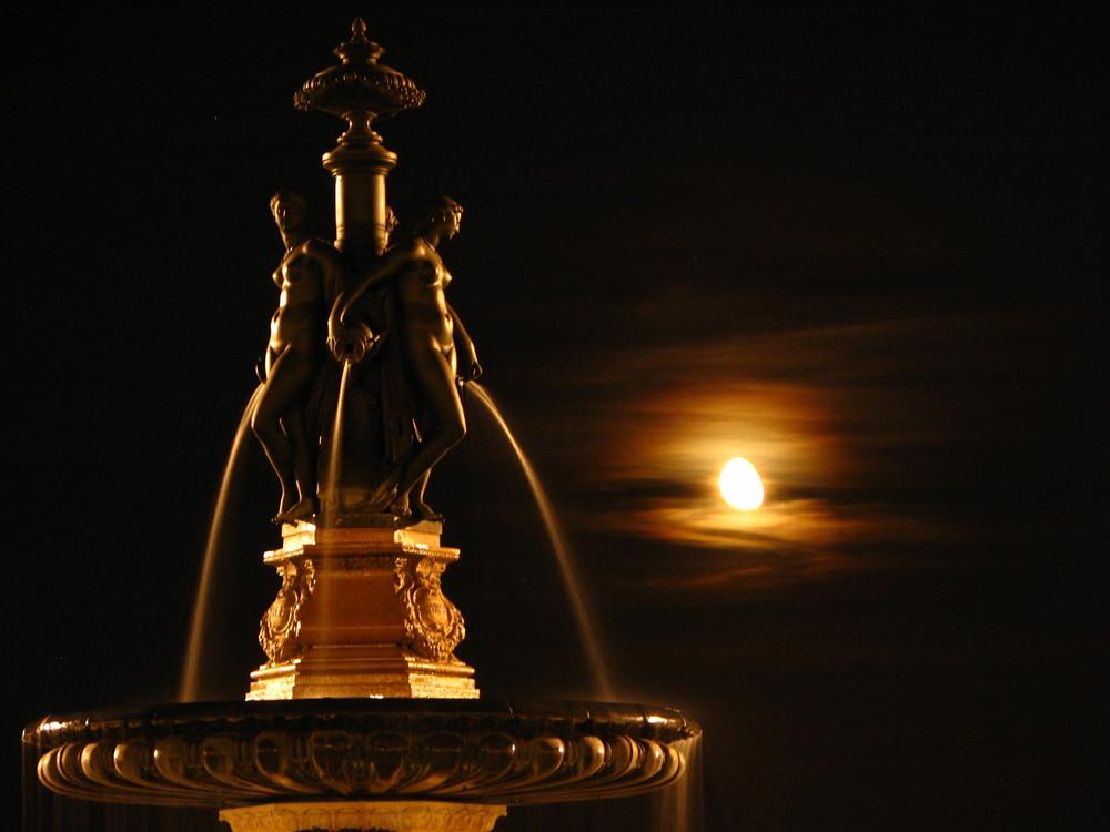 La fontaine des 3 Grâces de la place de la bourse, Vue de nuit