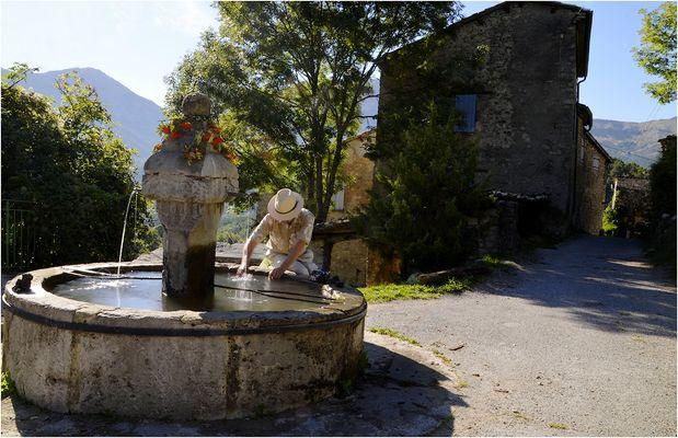 * la fontaine & une vieille rue *