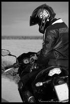 La force du moteur, le calme du motard