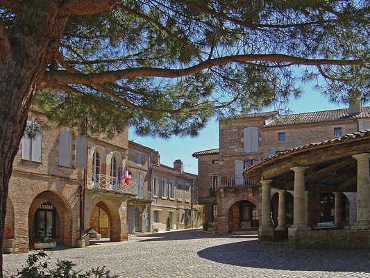 La Halle circulaire et la Mairie  --  Auvillar  --  Die Kreisförmige Markthalle und das Rathaus.