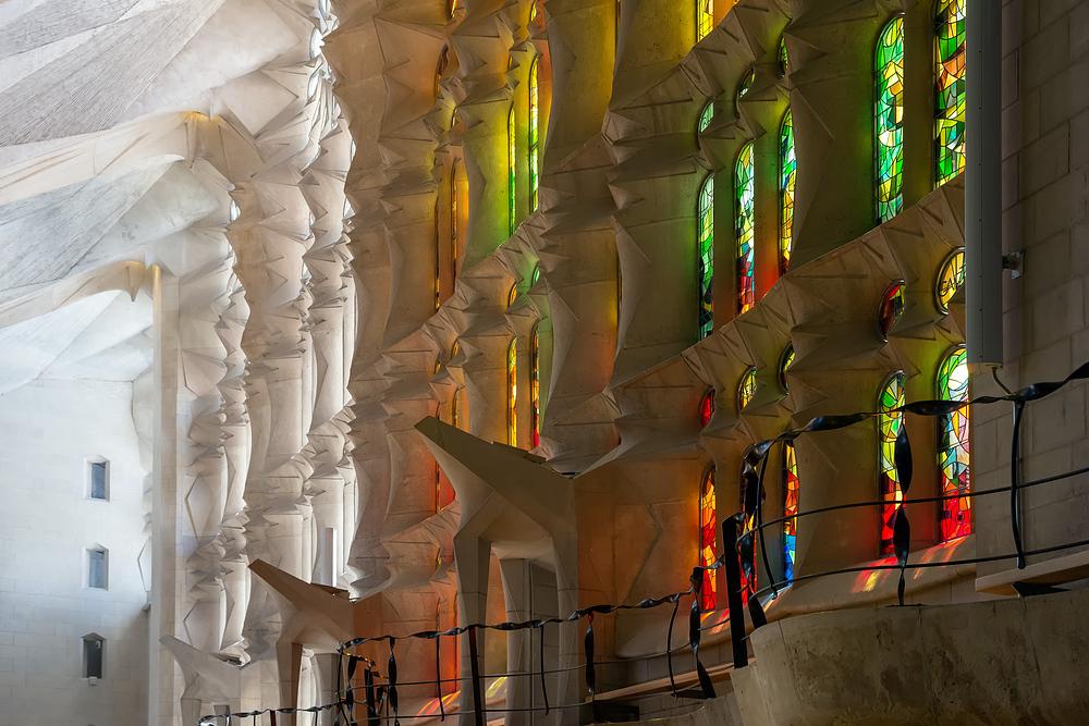 La lumière filtrée par les vitraux de la Sagrada Familia