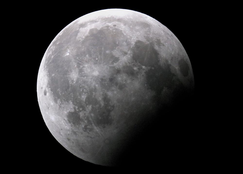 La luna durante l'eclissi 2009
