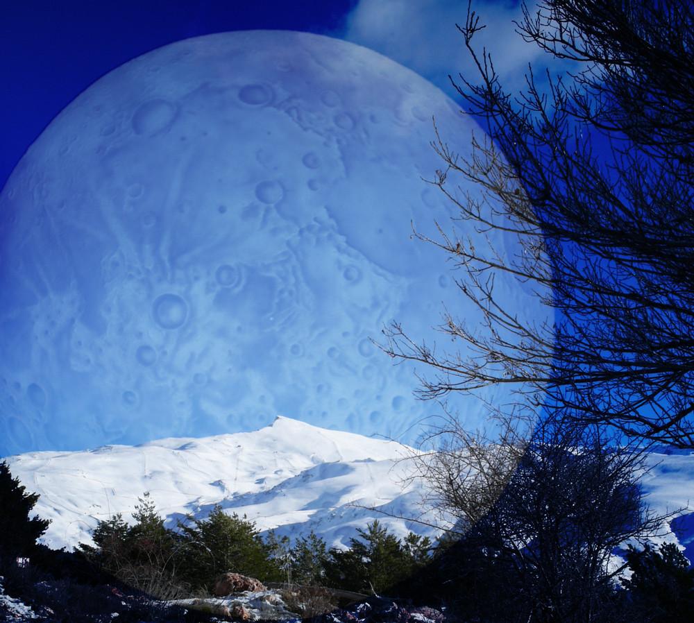 La Luna sobre  Sierra Nevada