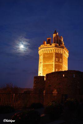 La lune a rendez-vous avec la tour