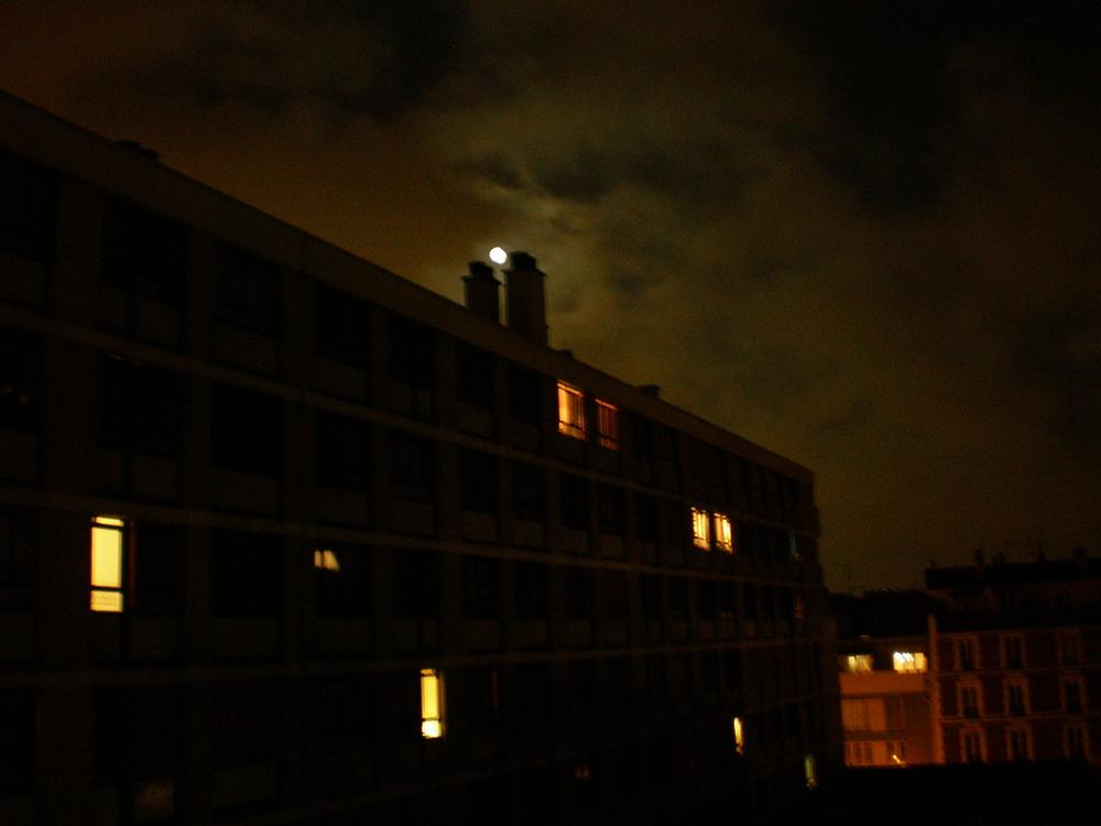 La lune entre deux cheminées